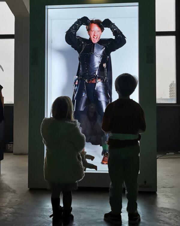 HereWeHolo hologram van ridder waar twee kinderen naar staan te kijken
