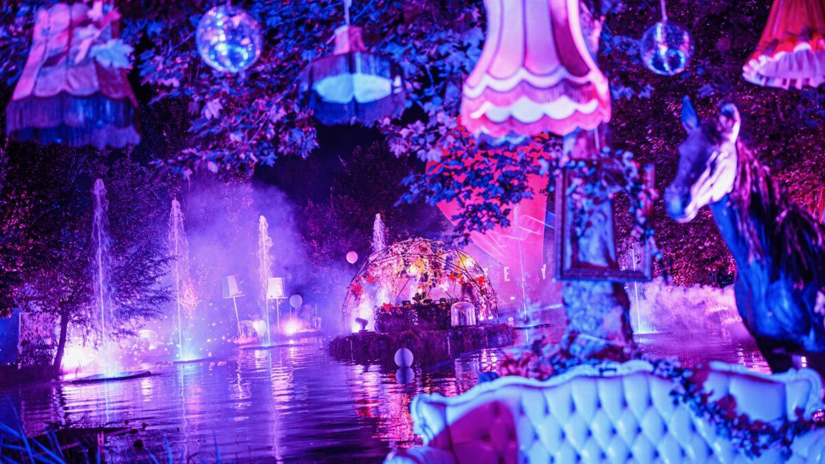 ID&T online event Mysteryland dj booth op het water