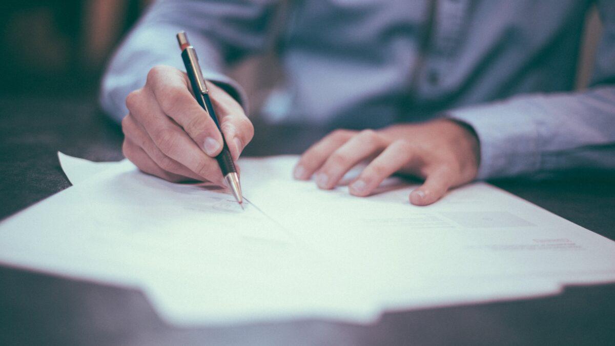 Man die een document ondertekent Juridisch advies events