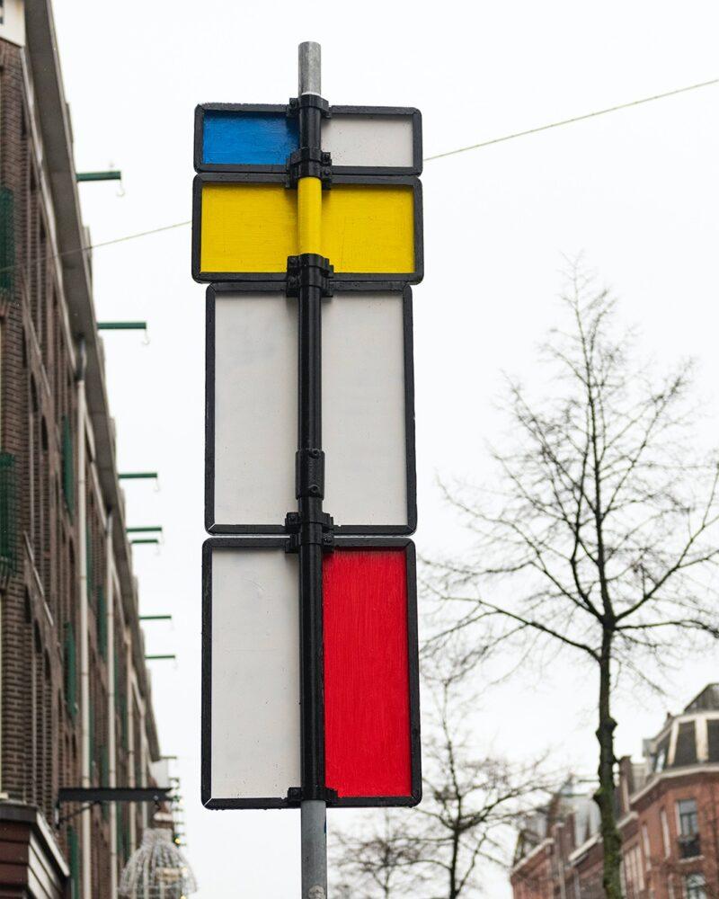 Achterkant van een verkeersbord met de kleuren van mondriaan