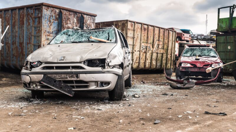 Carsmash teambuilding activiteit auto in elkaar slaan