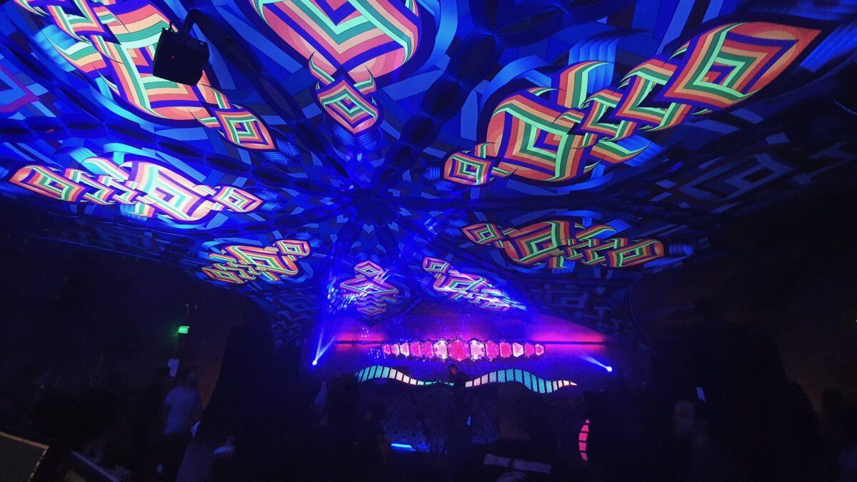 Centipede Productions maakt reusachtige psytrance-doeken voor waanzinnig kleurrijke decoratie voor jouw event
