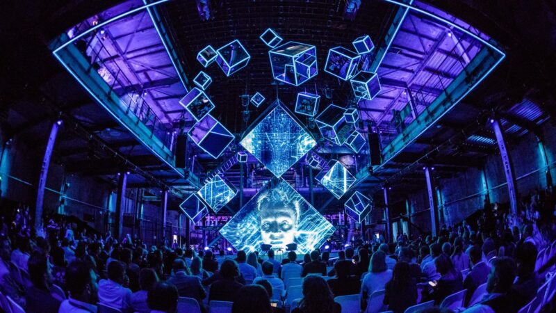 Click 2018 - Plugged Live Shows lichtgevende cubussen in de lucht tijdens event