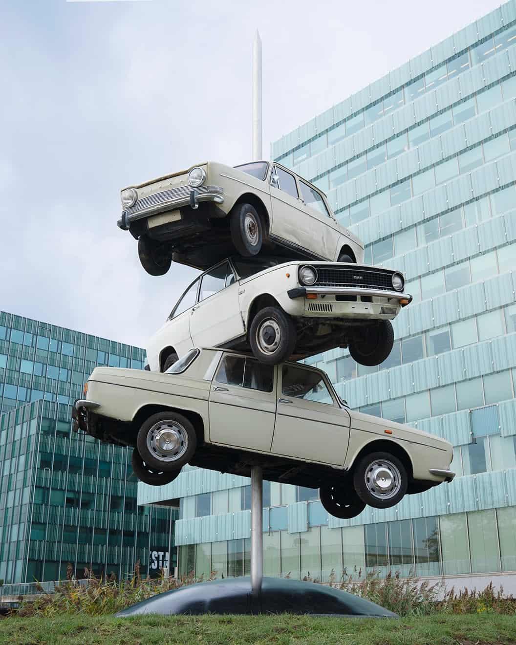 Frankey - 3 auto's op grote prikpen - kunst op straat