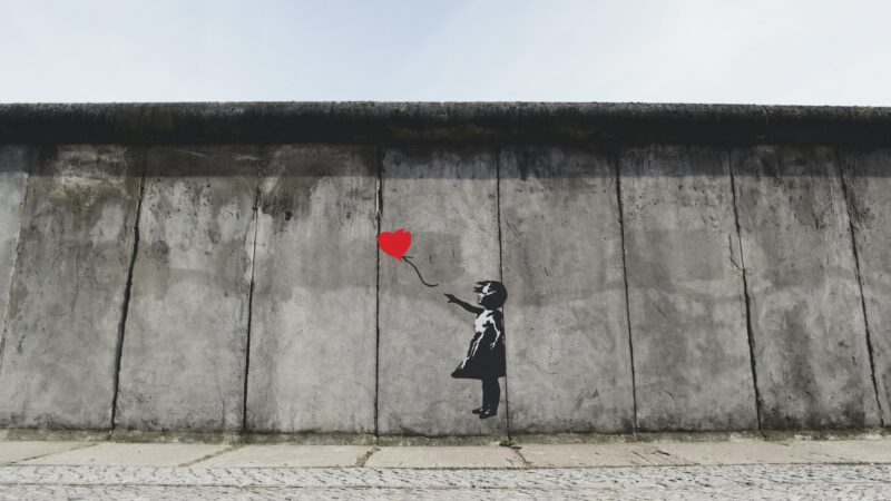 Graffiti van Banksky met meisje met rode hartballon kunst