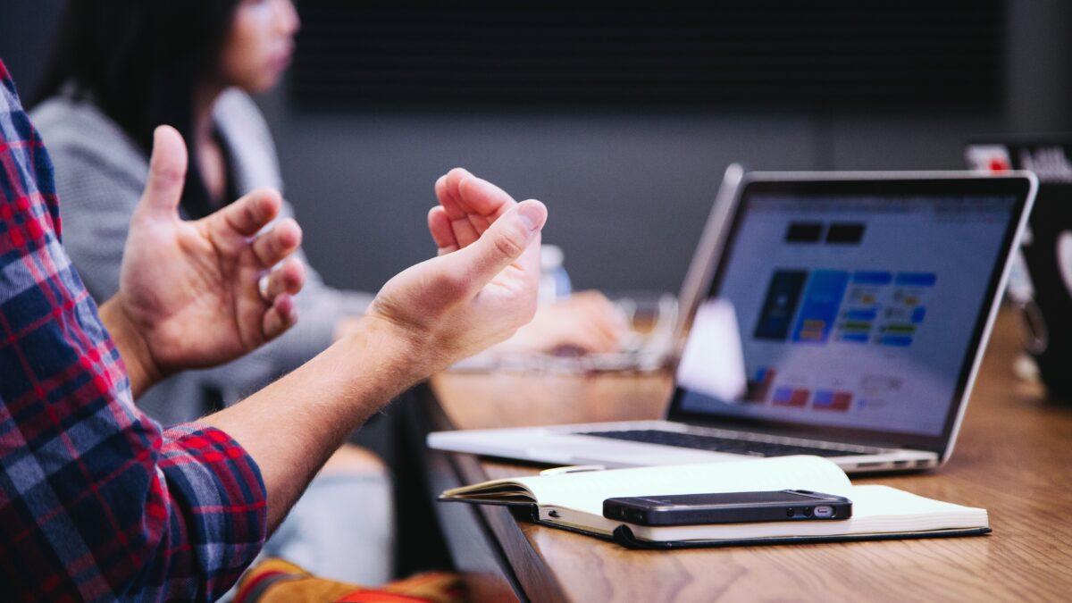 Handen die iets uitleggen tijdens een meeting op kantoor
