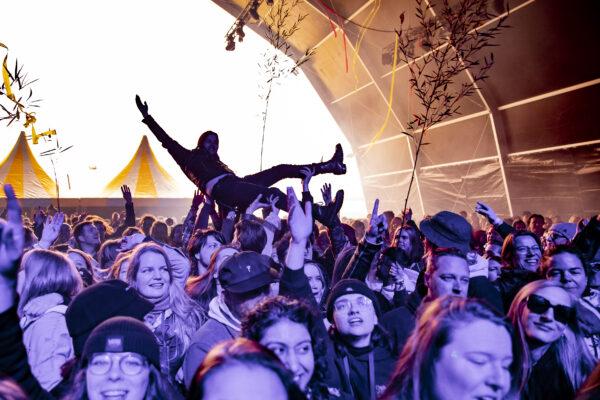 Dance Valley Iemand die aan het crowdsurfen is tijdens een festival in een tent