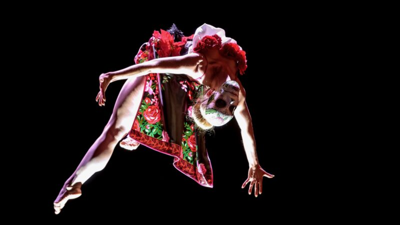 James Bond Heineken - Plugged Live Shows ballerina gesminkt in de lucht