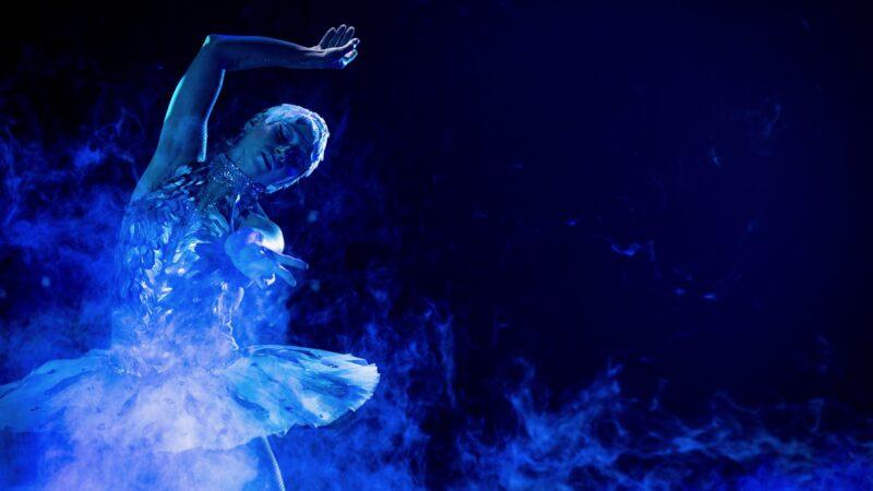 KLM 100 Years - Plugged Live Shows ballerina in blauw licht