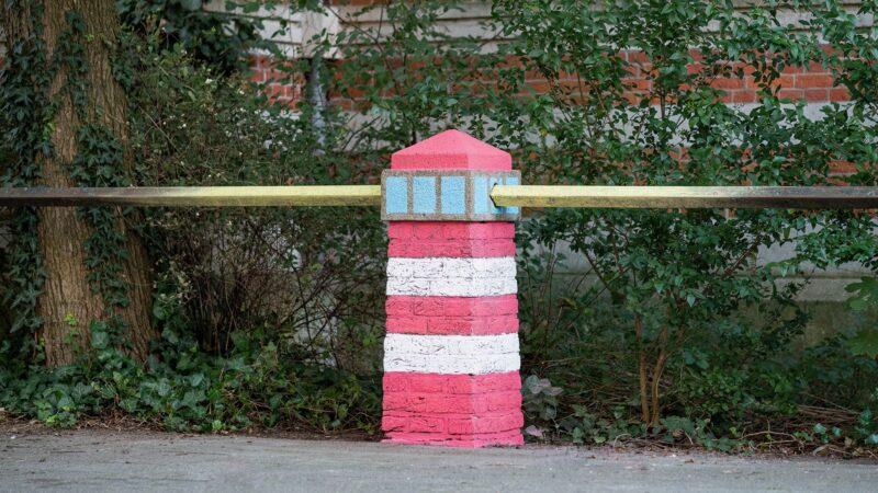 Kunst op straat - Stenen paaltje omgetoverd met verf tot vuurtoren