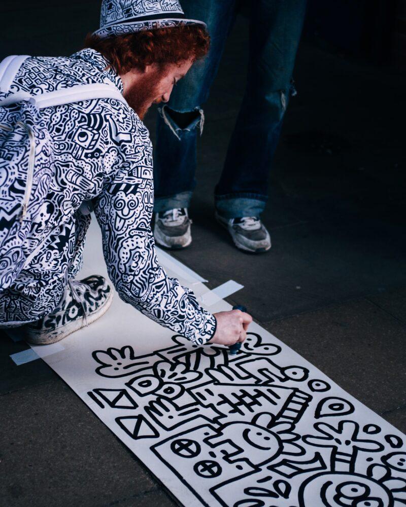 Kunst op straat - tekenaar van doodles