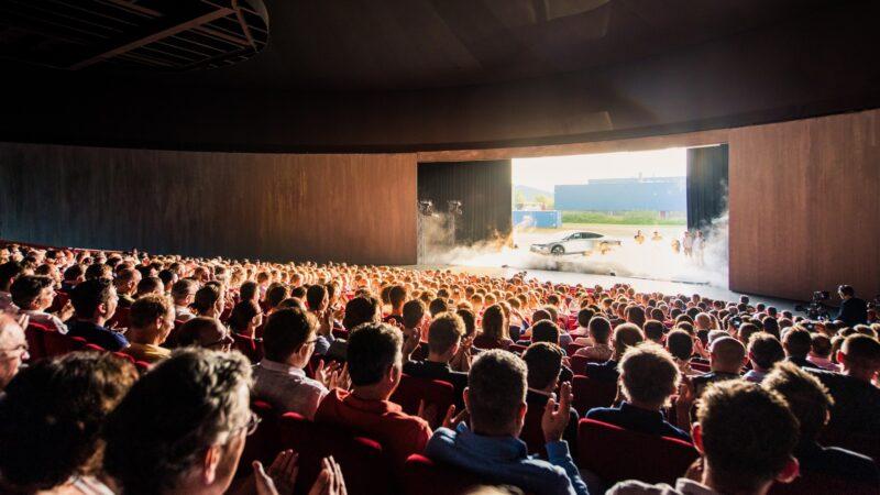 Lightyear one reveal - Plugged Live Shows presentatie auto in grote zaal met publiek
