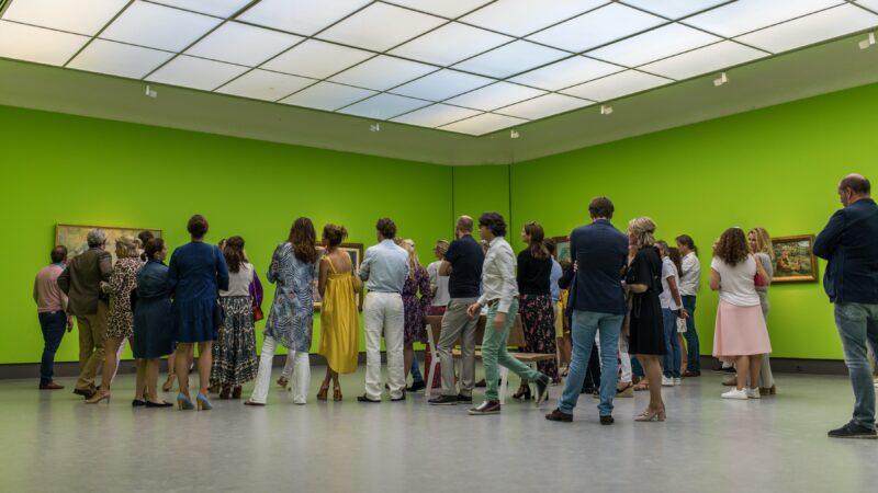 Mensen die naar een expositie komen kijken bij Singer Laren