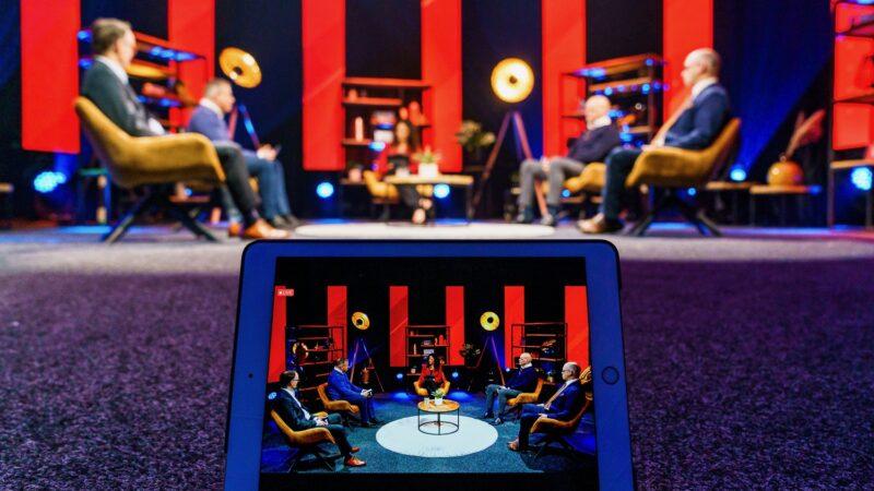 Online event effectgroep met 5 mensen in stoelen met een rode setting