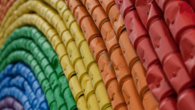 Regenboog van blikjes in verschillende kleuren