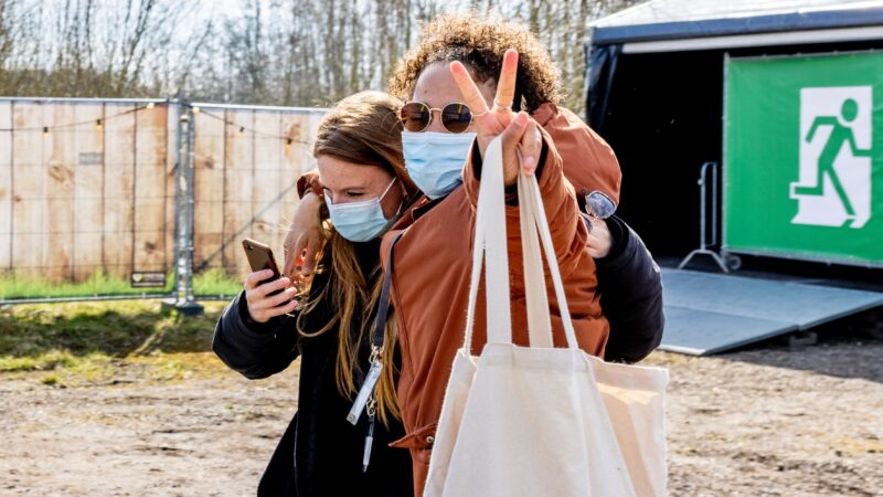 Resultaten Fieldlab testevents twee vrouwen voor nooduitgang tijdens pilotevent
