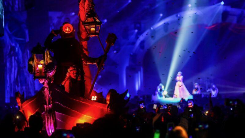 Theatre of Imagination (BAM 2017) - Plugged Live Shows bootje verlicht in het publiek tijdens show