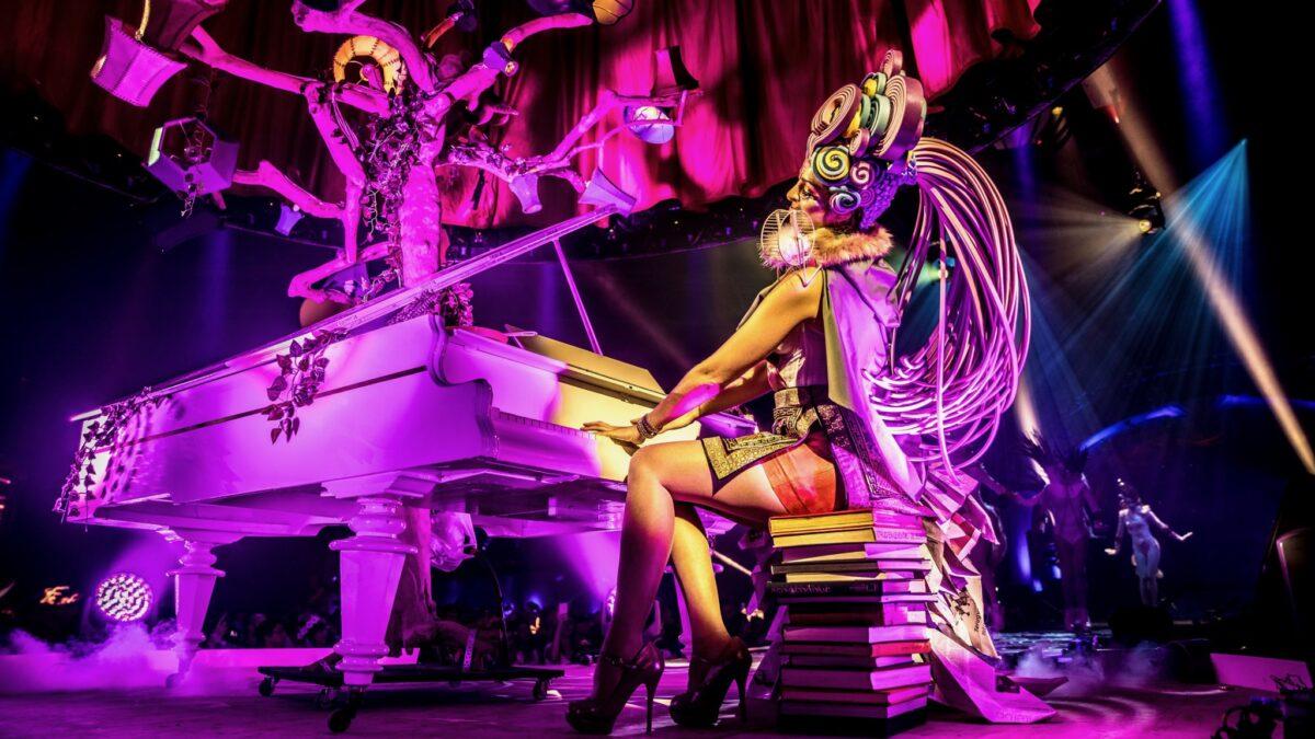 Theatre of Imagination (BAM 2017) - Plugged Live Shows vrouw in kostuum achter een piano met een fantasieboom