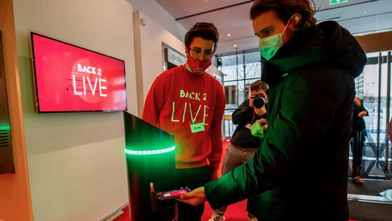 Toegangscontrole door scanner bij back to live testevent (foto-Nico Alsemgeest)