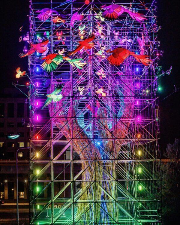 Tree of Hope ode aan de festivalmakers kunstwerk in het donker met gekleurde regenboog lichten (foto-Bart heemskerk)