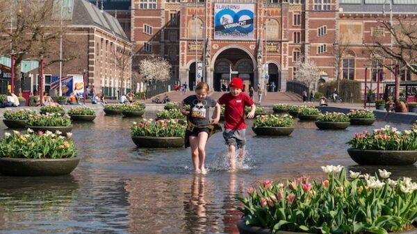 Tulpen-voor-het-rijksmuseum-in-Amsterdam-in-een-vijver-met-kinderen