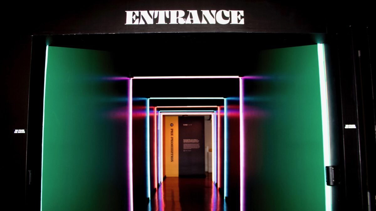 Tunnel gang met lichten aan de zijkant en bovenkant