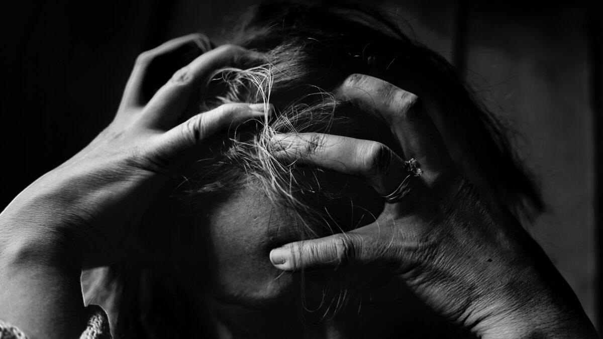 Vrouw met de handen in het haar
