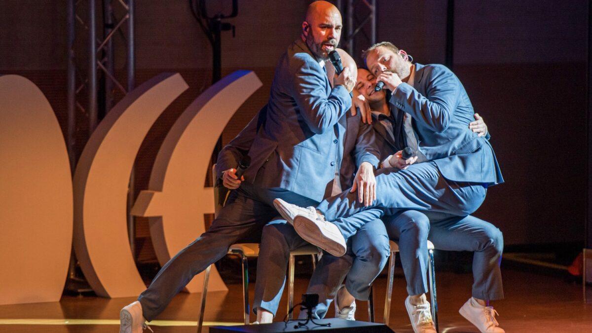 Walkappella 4 mannen die bij elkaar op schoot zitten tijdens een a cappella concert - Foto-Davide Buso