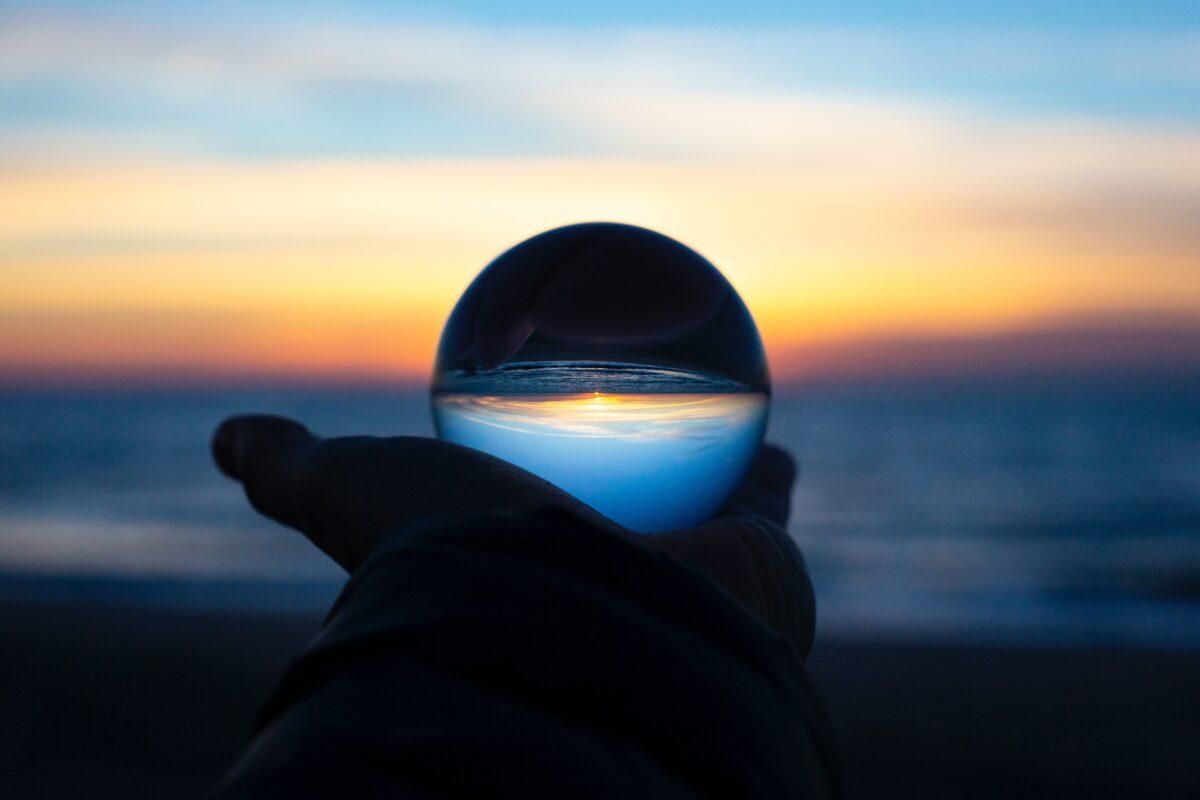 Zonsondergang gefotografeerd door een glazen bol
