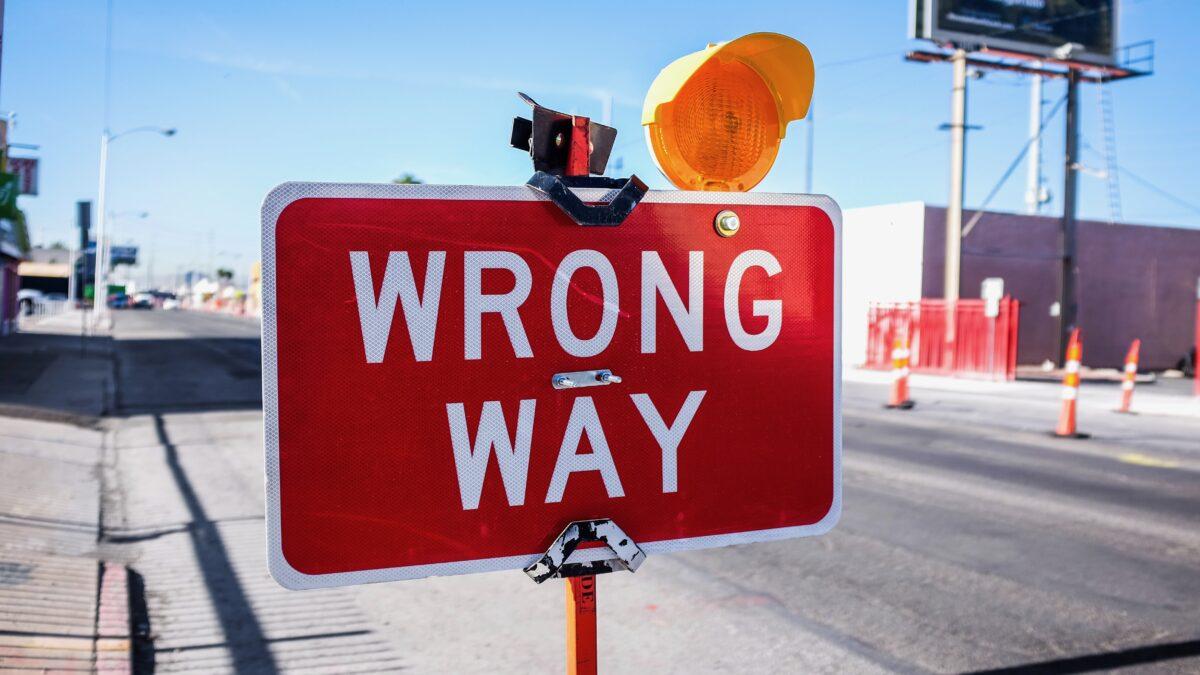 verkeersbord wrong way langs de weg