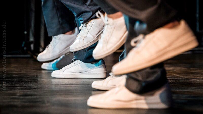 walkappella a cappella entertainment witte sneakers - Photo by Tom Schweers