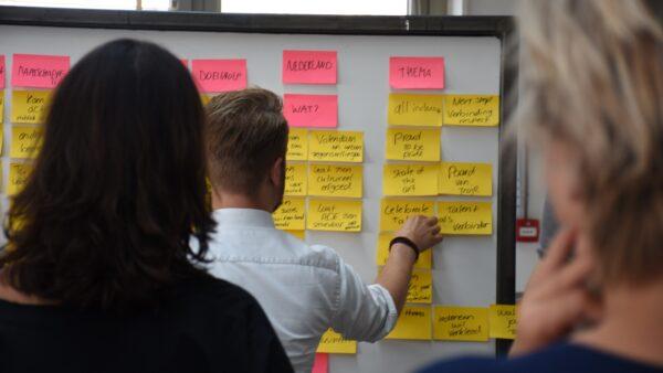 Bord met post its met concept ideeen voor Songfestival - Fronteer