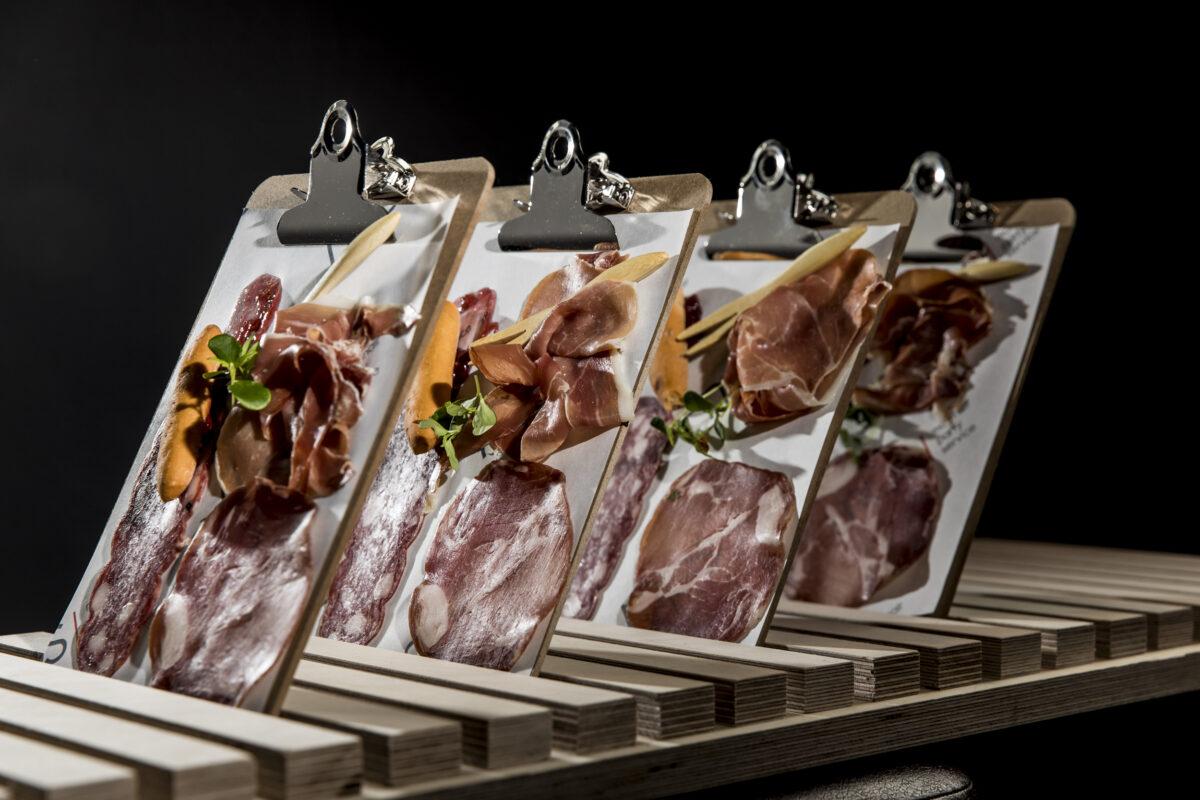 Borrelplank met vleeswaren op schrijfpalet - MPS