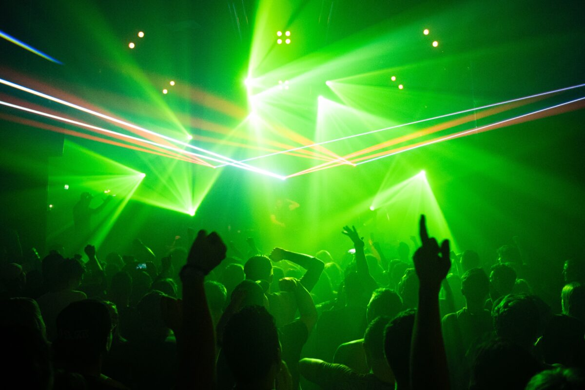 Dansende menigte bij dance event met groene spots - Fieldlab Club Shelter