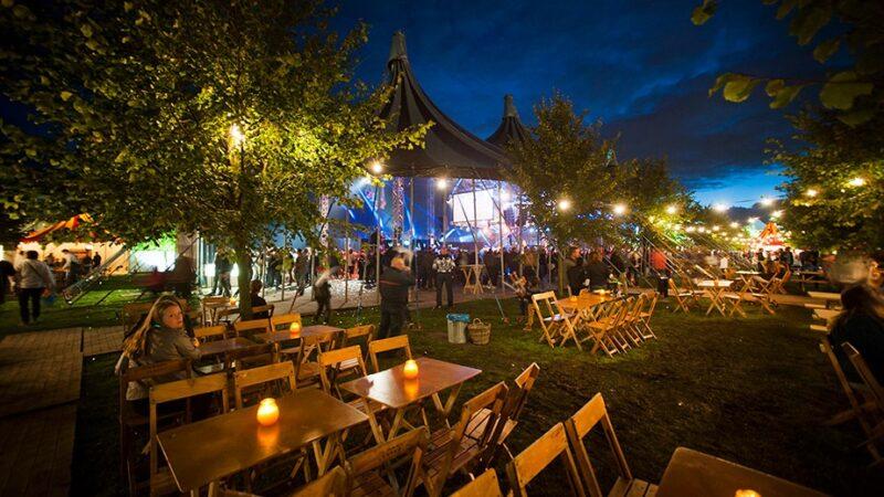 Event met feest in grote tent en houten zitjes - EventZ