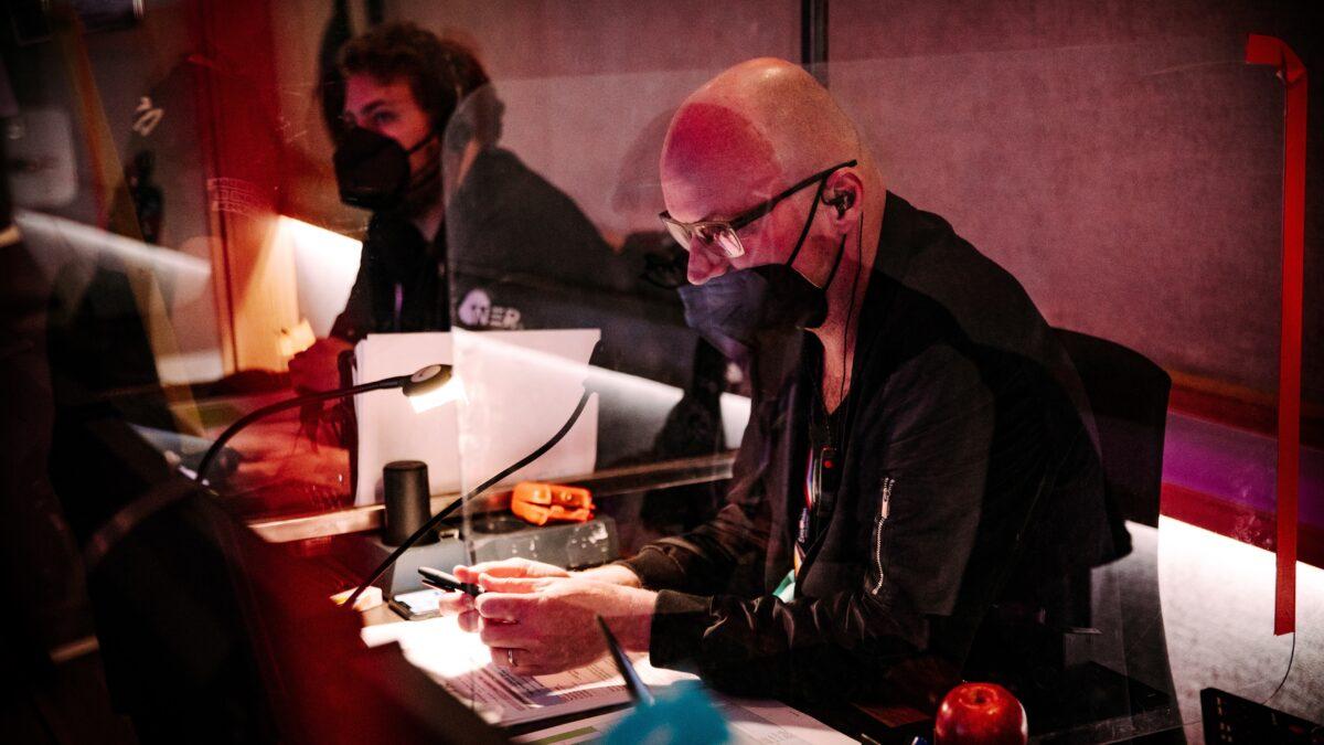 Gerben Bakker in regieruimte tijdens Songfestival - foto Nathan Reinds