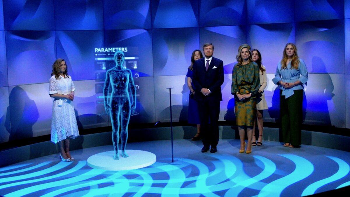 Koninklijke familie met virtuele vrouw en presentatrice tijdens event Philips Live Legends