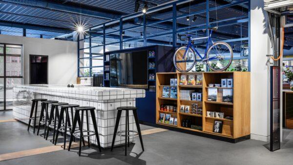 PON Ride Out shopinterieur met fiets, boekenkast en bar - Unbranded