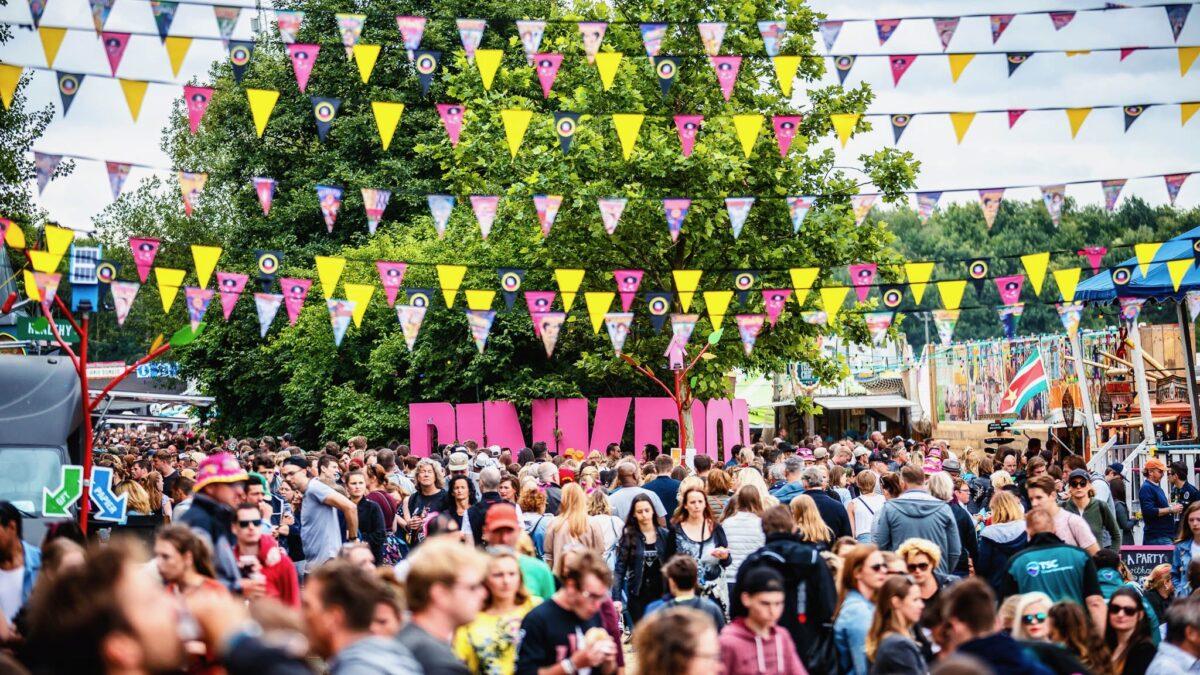Pinkpop 2018 vlaggenlijn boven mensenmassa en roze pinkpop letters foto Bart Heemskerk