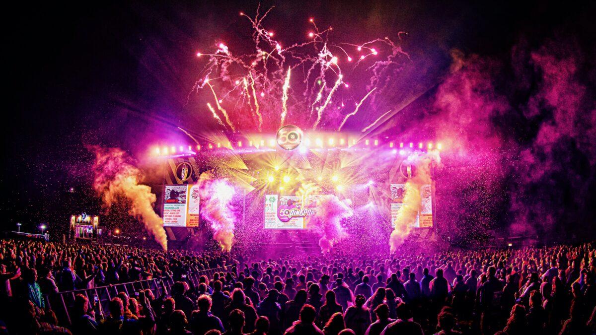 Pinkpop Foto - Martin Hols podium met publiek en vuurwerk