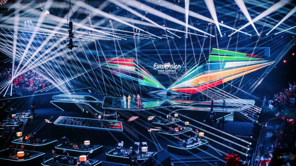 Podium Eurovision Songfestival met presentatoren - foto Nathan Reinds