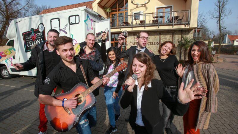 Sterren van concept - mensen die zingen met gitaar - EventZ