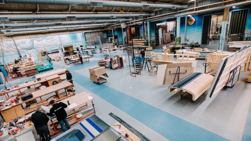 Unbranded werkplaats met hout - foto Nathan Reinds