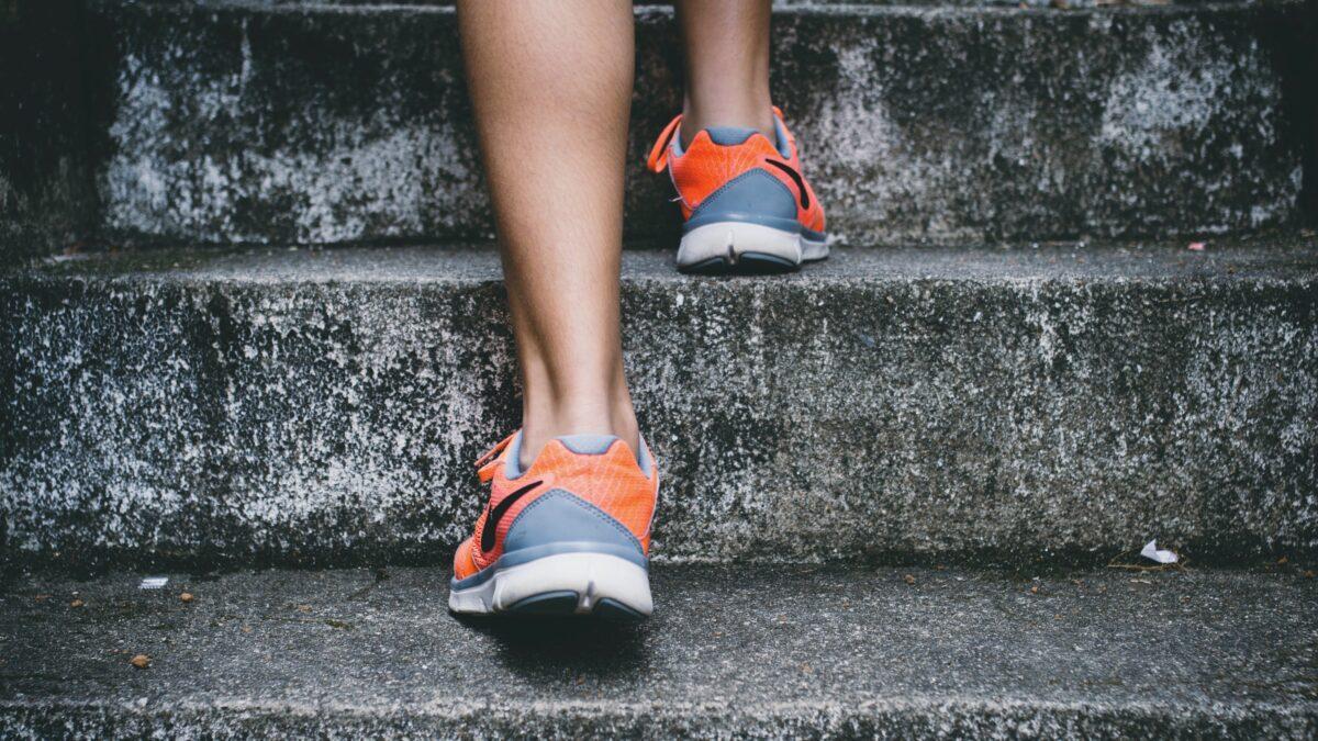 benen met hardloopschoenen die de trap op lopen
