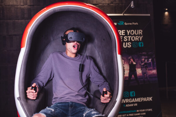 ADAM-VR-Park-VR-experience-in-egg-met-afstandsbedieningen - foto Kirsten van Santen