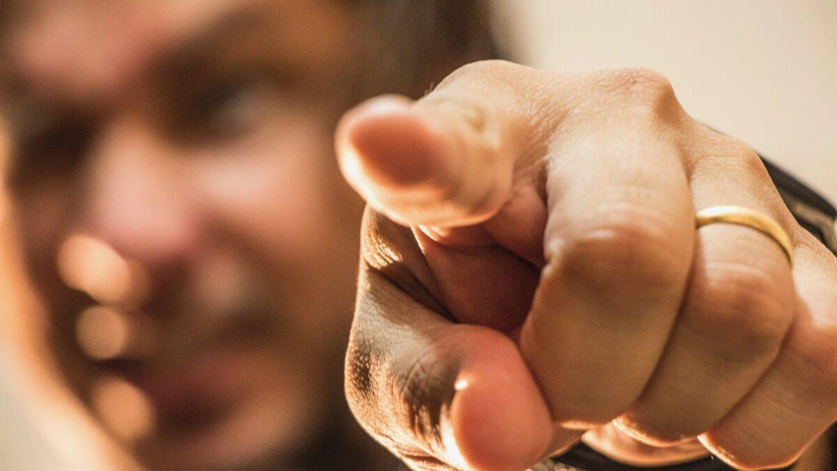 Man die wijst met zijn vinger