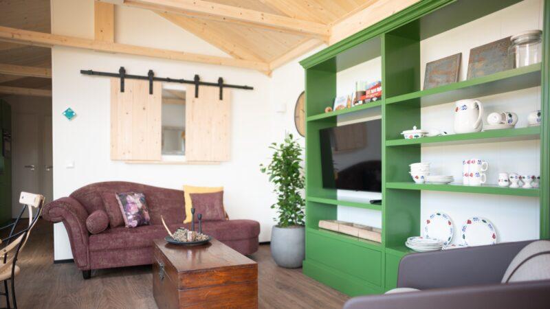 Nieuw duurzaam Qurios park is geschikt voor kleine teammeetings - Roompot - huiskamer met servieskast