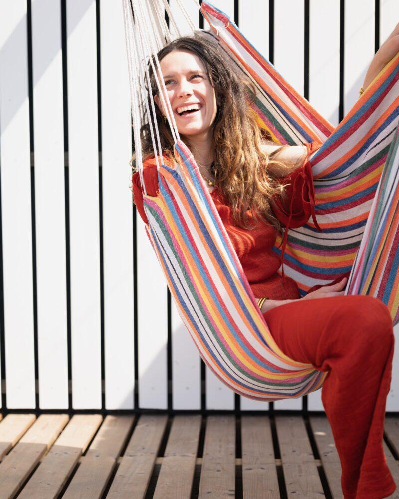 Nieuw duurzaam Roompot Qurios park is geschikt voor kleine teammeetings - vrouw in hangmat