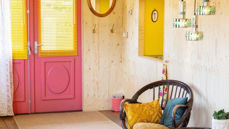 Tuinhotel Tralala huiskamer met roze deur