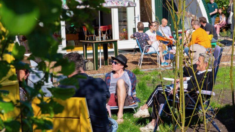 Tuinhotel Tralala mensen die genieten van de zon in stoelen